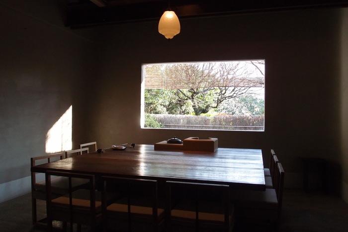 上品でシンプルな内装が施された店内は、静寂を感じさせる空間。庭園が織りなす四季折々の光景を眺めていると、つかの間、都会にいることを忘れさせてくれます。