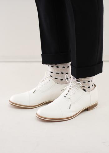 天然皮革の味を生かした、シンプルなレースアップシューズ。柔らかなレザーを使用しているので、履き心地バツグンです。上品な白は、どんなコーデにも合わせやすく、普段から活躍してくれそう。