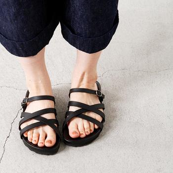 スペイン生まれのコンフォートシューズブランド、「 PLAKTON(プラクトン)」。履き心地を追及したシューズだけあって、履き心地も歩きやすさも文句なしです。しっかりとホールドしてくれるクロスのレーザーストラップが、華奢感も演出してくれるので、女性らしさもバッチリ◎