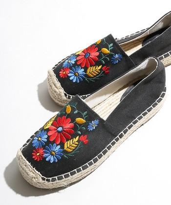 フラワー柄の刺繍が可愛らしいエスパドリーユ。通気性もバツグンで、夏旅にぴったりのアイテムです。素足でも、靴下とでも、好きなスタイルで履いてみて。