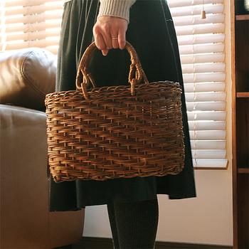 青森県で採取される良質なミツバあけびの蔓を使ってつくられた、こっくりとした飴色が魅力のかごバッグ。弾力性があるため、丈夫なかごが作れるのがあけび素材の特徴です。