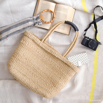 バッグ本体に使われているアバカは、船舶のロープなどにも使われるほど耐久性のある丈夫な素材。雑誌が入るサイズなので、仕事に必要な資料も収まる毎日活躍するバッグです。