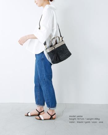エレガントなアイテムに仕上げたかごバッグ。素材の「ラフィア」はヤシ科の植物で、使っていくうちに風合いが変わるエイジングも楽しめる素材。かごバッグでは人気の素材なんです。軟らかくて品のある素材は帽子やサンダルを編むのに使われることも。
