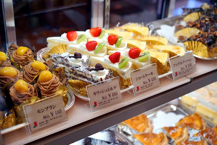 コーヒーによく合うケーキの品ぞろえも豊富。流行に惑わされない誠実なルックスが「別腹」の食欲をそそります。
