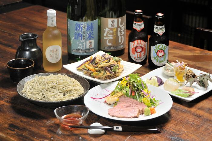 水を使わずお酒だけで打った「酒蕎麦」はお店の自慢。自家農園で栽培した野菜を使った料理も絶品です。