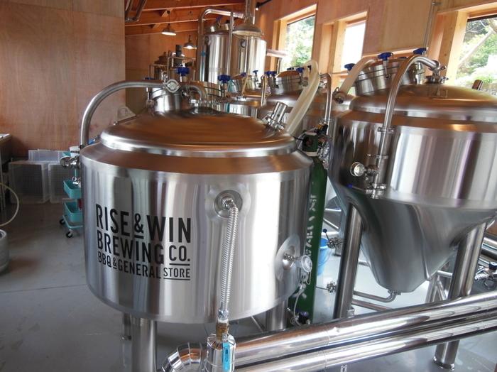 緑豊かな環境の中、BBQが楽しめるガーデンを併設した施設でビール造りを行っています。出来るだけゴミを出さないようにするため、ビールやナッツ、ドライフルーツなどを量り売りしているジェネラルストアもあるので、ぜひ覘いてみて。