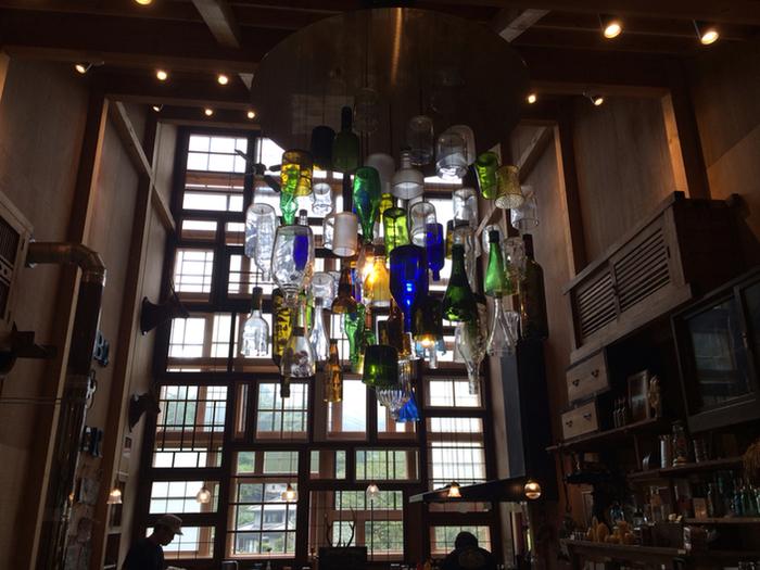 「リユース」、「リデュース」、「リサイクル」という3Rの理念を実現するべく誕生したブリュワリー。廃材から造られた建物内部には、空きビンや使わなくなったグラスなどで作られたシャンデリアが穏やかな輝きを放っています。