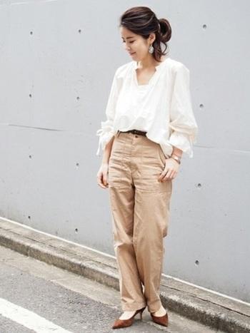 袖がキュッとなったギャザーブラウスとベイカーパンツの大人カジュアルスタイル。ほどよい肌見せが女性らしさを引き立ててくれます。