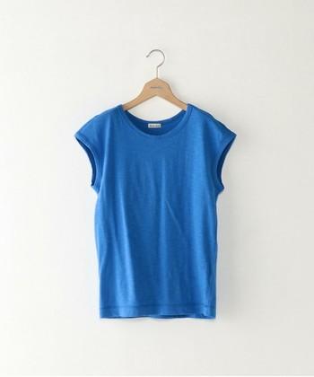 晴れ渡る夏の青空のように色鮮やかな【コバルトブルー】は、ブルーの中でもひときわ華やかな印象を与えます。