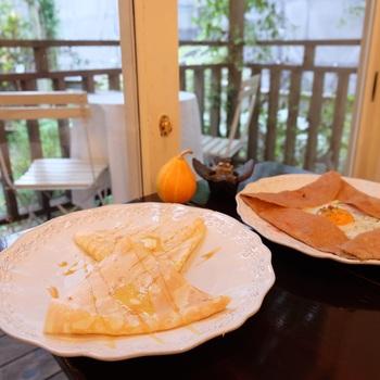 クレープは、ソルトバター、シナモンシュガー、ショコラバナーヌの定番3種。