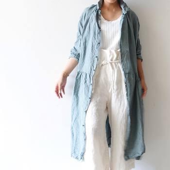 洗いざらし感がおしゃれなサックスブルーのリネンワンピースをガウンのように羽織ったパンツコーデ。夏はインナーを白で統一して、明るく爽やかに着こなしましょう。