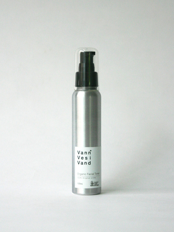 こちらはリラックスアロマが香るVann Vesi Vand(ヴァン ヴェッシ ヴァンド)のオーガニックフェイシャルトナーです。化粧水&美容液としても使え、オリーブの葉から抽出したエキスが紫外線から肌を守ってくれます。プッシュタイプの化粧水なので、高齢の方やお子さんでも気軽につけることができますよ。