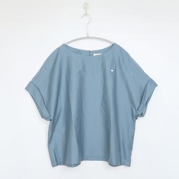 淡い色合いの【サックスブルー】は、流行のニュアンスコーディネートにもぴったり。夏はジーンズや爽やかなホワイトとの組み合わせはもちろん、ピンクやライトグレーと合わせれば優しいフェミニンな着こなしもできますよ。