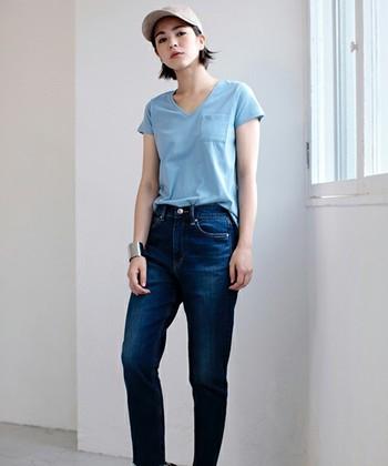 サックスブルーのTシャツにジーンズを合わせたメンズライク&スポーティーなコーディネート。シルバーのバングルでクールなかっこよさをプラスして。