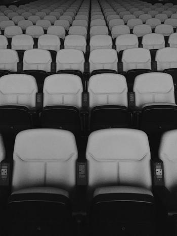 普段は部屋でDVDを楽しむ方も、たまには映画館へ出かけてみましょう。大きな画面と音量、映画館のシートに座ることなど、より映画のなかに入り込むことができます。