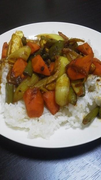 具材の野菜、玉ねぎ、人参、ピーマンを干して旨みが濃縮されたドライカレーに。油をあまり使わずとも美味しくできあがります。