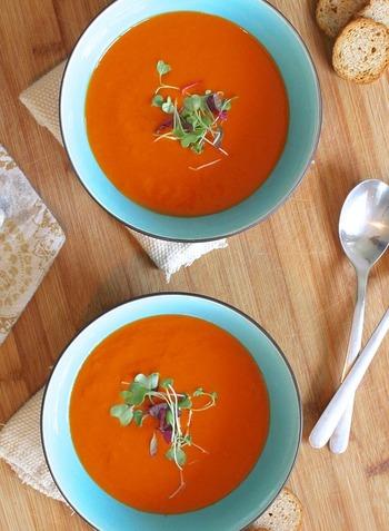 野菜の鮮やかな色が食欲を促してくれる冷たいスープは、見た目に綺麗なだけでなく、素材の甘みや旨味がくっきり際立つ気がします。胃にも優しいので、「ちょっと疲れ気味かな?」というときの食事にもぴったりですよ。