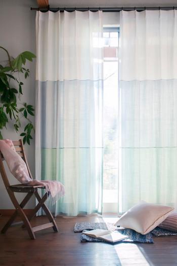 日本で織り上げた「近江麻」を3色使って接ぎ合わせたもの。陽射しがそれぞれの色を通して部屋を包み、空間を爽やかな印象にしてくれます。 近江の麻のトリカラーカーテン/Creema