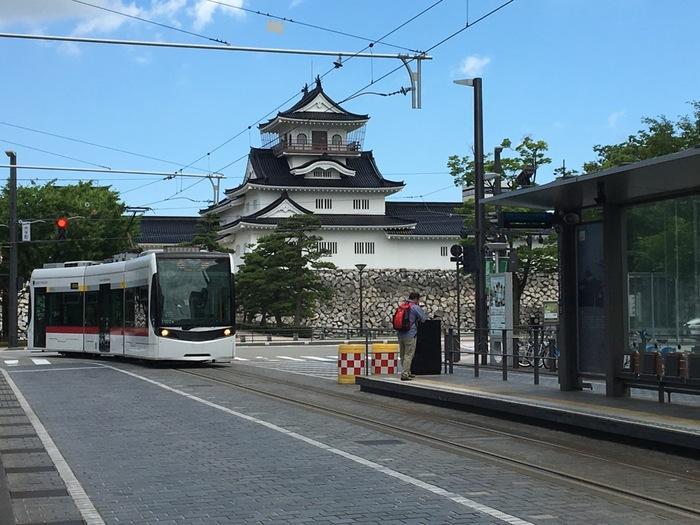 昔ながらの風情を残す城下町や、富山湾の新鮮な海の幸など、たくさんの魅力を持つ富山。富山県美術館がオープンする富山市だけでなく、圏内あちこちに魅力的なアートエリアが存在します。これから富山の旅を計画するなら、「アート」という楽しみをひとつ、付け加えてみてはいかがでしょうか?