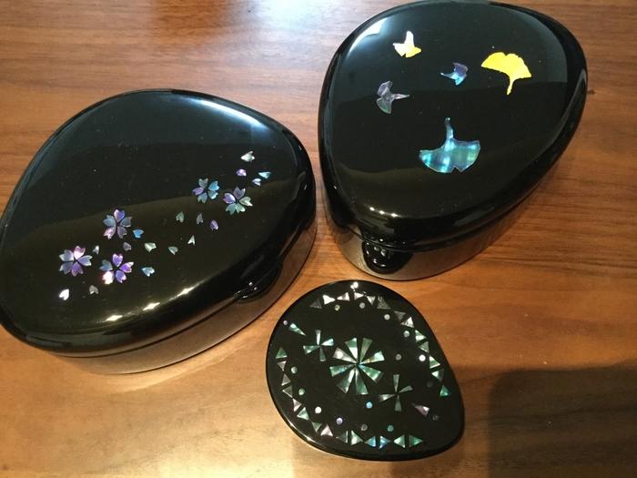 高岡漆器も高岡を代表する伝統工芸品です。こちらは制作体験の作品。アワビの貝の内側を薄く切って貼り付ける「螺鈿細工」で、自分だけのきらめく漆器を作ってみては?