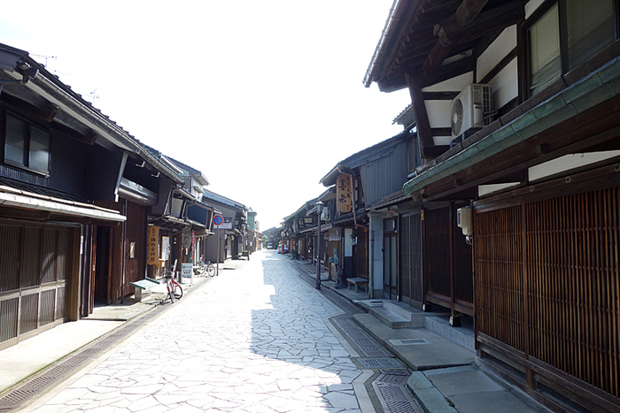 およそ500mにわたって、石畳の道に沿って格子造りの家が軒を連ねる城下町、高岡市金屋町。1609年、加賀藩主前田利長公が鋳物造りを奨励したことから大いに栄えたと言われています。鋳物のまち高岡は、伝統工芸のまち。作品を鑑賞するだけでなく、自分で制作体験することもできますよ。