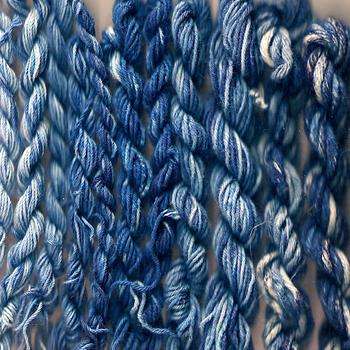 古代から使われている青藍で染めたような色を【インディゴブルー】と言います。リネンや綿などの天然素材の優しい風合いを活かす色です。