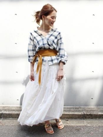 ボリュームたっぷりのギャザースカート。小柄の方は、白などライトカラーをチョイスすると軽やかな印象に。トップスのシャツを抜き襟にしたり、サッシュベルトを巻いたりすると、程よいトレンド感がプラスされ垢抜けて見えます。