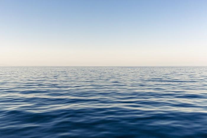 """透き通るような空と海の色、""""ブルー""""はまさに夏にふさわしいカラー。気持ちもスーッと爽やかになるブルーのアイテムをコーディネートに取り入れましょう。"""