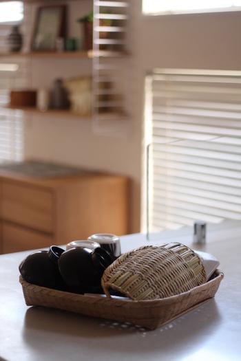 ピーラーや豆皿など、水切りかごから脱落しやすいものも安心!水切りかごが満杯の時にも重宝します。 人数分のお茶碗を置いて食卓でスタンバイさせ、子どもにお膳の支度のお手伝いをさせても。