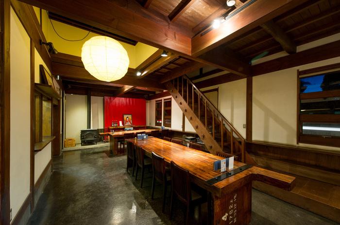 古い酒蔵らしい、重厚感と落ち着きが感じられる内部。和モダンのおしゃれなインテリアが店内を彩ります。