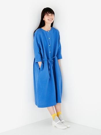 コバルトブルーのゆったりワンピースにレモンイエローの靴下を合わせて。爽やかさの中にアクセントカラーが効いた、夏らしい差し色コーディネートです。