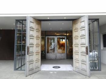 こちらのホテルは、アートがテーマ。入り口の扉からとてもお洒落な雰囲気です♪