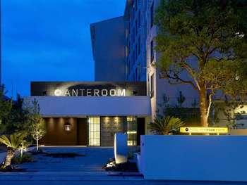 まずおすすめしたいのは、ホテルアンテルーム京都。京都駅から地下鉄烏丸線に乗り、九条駅から徒歩約5分のところに位置するこちらのホテルは、築23年の学生寮をコンバージョンし作られました。