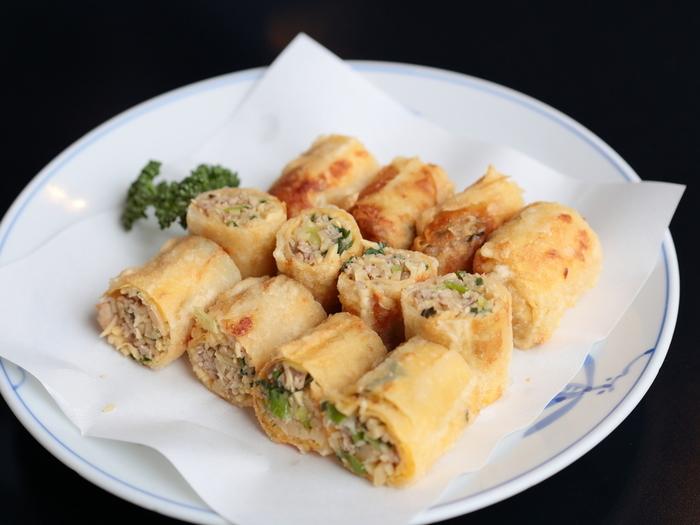 舞妓さんたちが食べやすい、女性の小さな口に合わせたこぶりな形やサイズも特徴のひとつ。タケノコなどの野菜をたっぷり使い、小さく巻いた一口大の春巻きは、数々のお店で人気の定番メニューです。