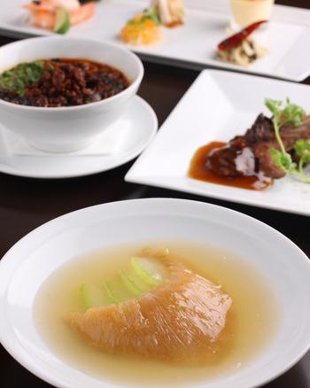 フカヒレはスープや刺身などさまざまな調理法でいただけます。中でも人気のふかひれ姿土鍋煮は、スープの味や部位を選べる贅沢な一品。