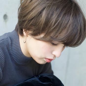 長めにとった前髪×毛先のカールがポイントになった重軽ニュアンスヘア。空気に透けるような透明感のある軽さが「ハイライトカラー」によって表現されています。