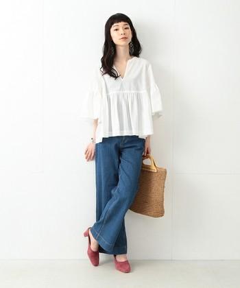 涼しげなコットン素材のギャザーブラウスは、夏にサラリと着こなしたいアイテム。裾のふんわり感を活かして、パンツでゆるっとラフにコーディネートすると、甘めのギャザーブラウスも大人のリラックスコーデに仕上がります。