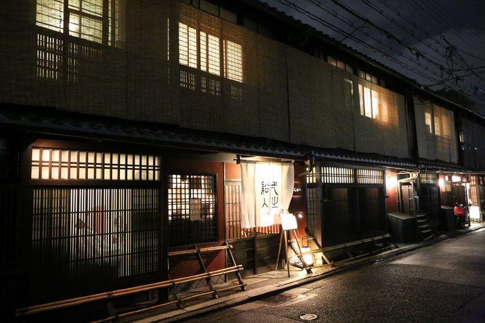 高瀬川のほとり、一之船入に面した、かつてお茶屋だった町家でいただく京風創作中華。しっとりと落ち着いた風情の個室で、無農薬の京野菜をたっぷりと使ったお料理を楽しめます。
