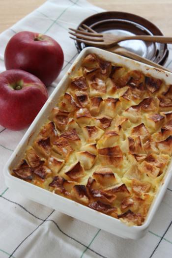 混ぜて焼くだけでOKの簡単スイーツ、りんごの焼きカスタード。アツアツはもちろん、冷蔵庫で冷やしても美味しい一品。バニラアイスなど添えて食べても美味しそう。