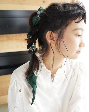 前髪はトップにカールさせてフェミニンに。束ねた髪にターバンを結んでアレンジしたスタイル。どこかノスタルジックで愛くるしい印象です。