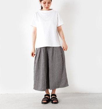 夏の大定番とも言える【白Tシャツ】はシンプルだからこそシルエットやデザイン、着心地にこだわりたいもの。  ワンポイントがあったり、袖丈や着丈などあなたにぴったりな一着を探してみては?
