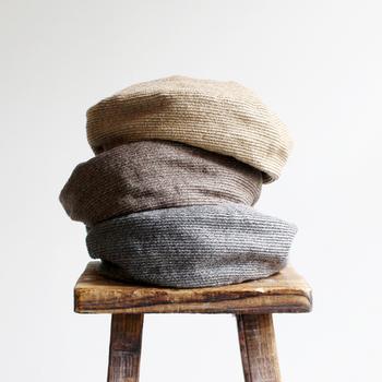 """夏の帽子というと最近ではハットが主流になっていますが、たまには""""夏""""ベレーはいかが? リネン素材なので風通しも良く、快適に楽しめますよ。"""