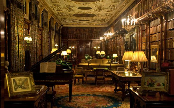 チャッツワース・ハウス内部の豪華さには思わずため息が出るほどです。豪華な家具、趣向が凝らされた調度品、美しい絵画コレクションは、中世のイギリス貴族社会の豊かさを物語っています。