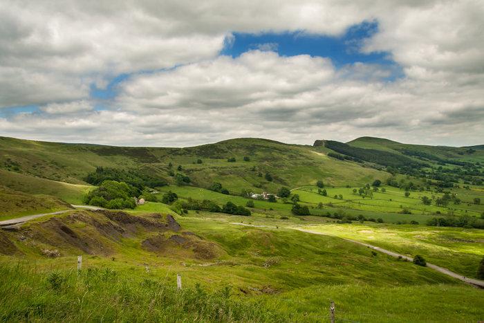 豊かな自然にめぐまれたピークディストリクト国立公園は、なだらかな丘が果てしなく続く美しい国立公園です。