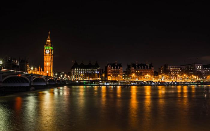 夜になるとビッグベンはライトアップされ闇夜に浮かび上がります。光を浴びて輝く夜のビッグベンは荘厳な佇まいをしており、ロンドン市内を悠然と流れるテムズ川と融和し、日中とは異なる趣を醸し出しています。