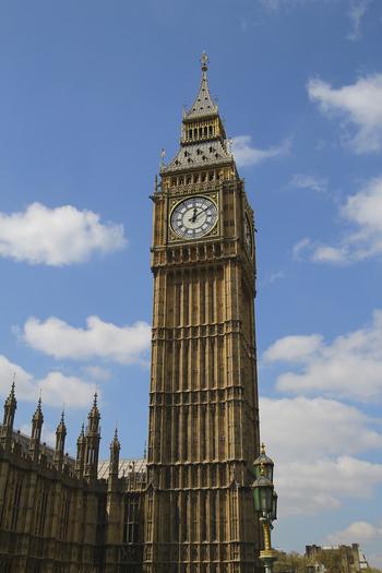 ビッグベンは、イギリス国会議事堂としての役割を果たしているウェストミンスター宮殿に付属する大時鐘です。高さ96.3メートルの時計塔は圧倒的な存在感を放ち、ロンドンのシンボルの一つとなっています。