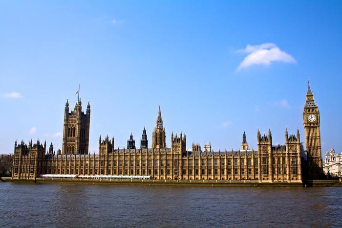 テムズ川畔のウェストミンスター宮殿は、イギリスの国会議事堂として使用されています。いくつもの尖塔を持つ壮麗なゴシック様式のウェストミンスター宮殿は、中世後期からは国王の居城として使用されており、国王の居城がウィンザー城へと移った現在でも政治の中心であり続けています。