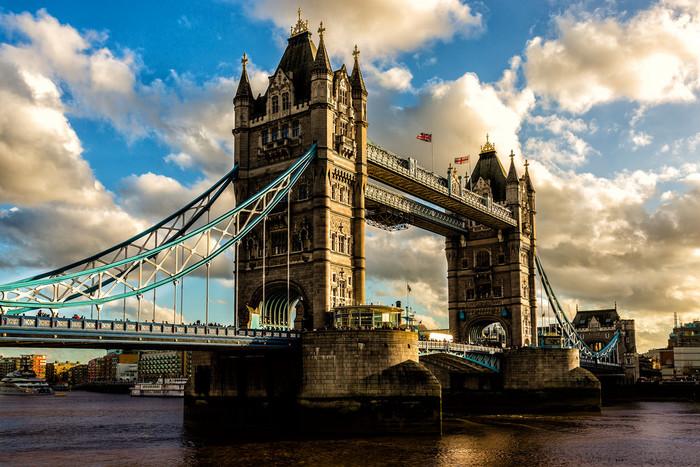 タワーブリッジは世界でも珍しい現役の跳ね橋!