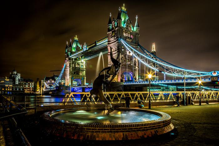 夜になると、タワーブリッジはライトアップされて壮麗な姿へと変貌します。色とりどりに輝く世界一有名な跳ね橋は、古い歴史を持つロンドンの栄光を静かに物語っているかのようです。