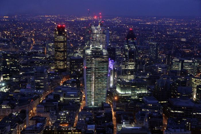 ザ・シャードから眺めるロンドンの夜景の美しさは格別です。漆黒の闇夜に浮かび上がる無数の灯りは、まるで夜空で煌めく星々のようです。